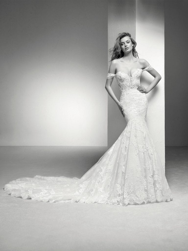 Wedding dress in lace tulle with mermaid cut and off-the-shoulder sleeves